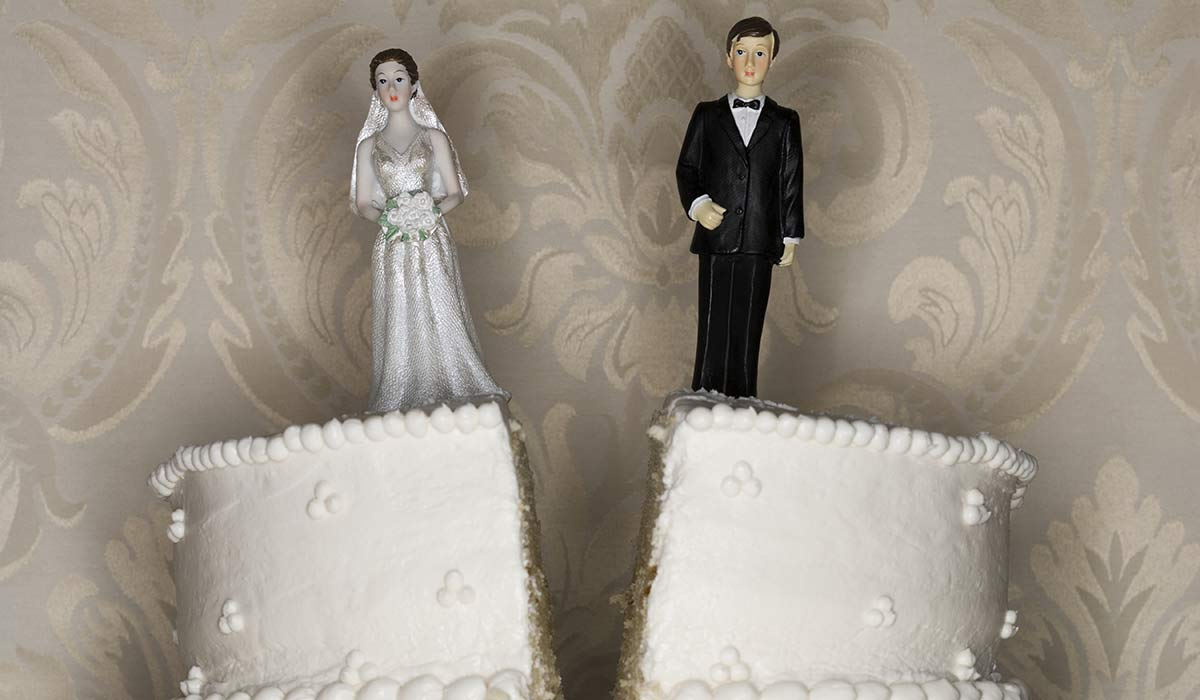 image of divorcees on wedding cake